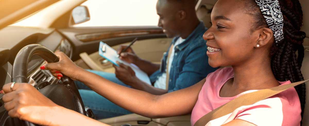 Mujer realizando el examen práctico de conducir.